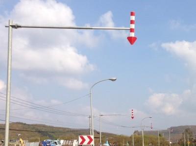 矢羽根付きポールは数十メートルごとに設置されていることが多い