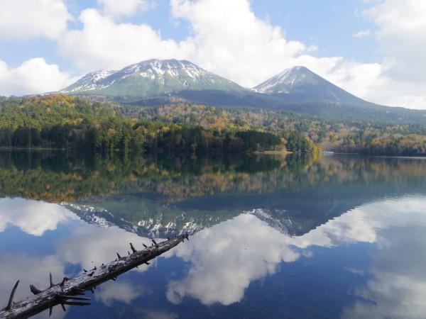 湖面に映える山々